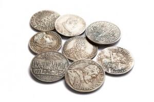 Gefundene Münzen bei der Schatzsuche mit Metallsuchgerät